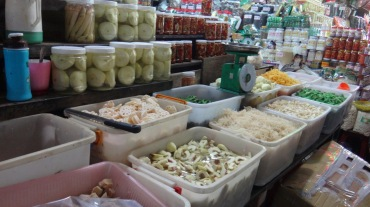 Vietnam 6 Hue Mar 26-28 2016 - market - 5