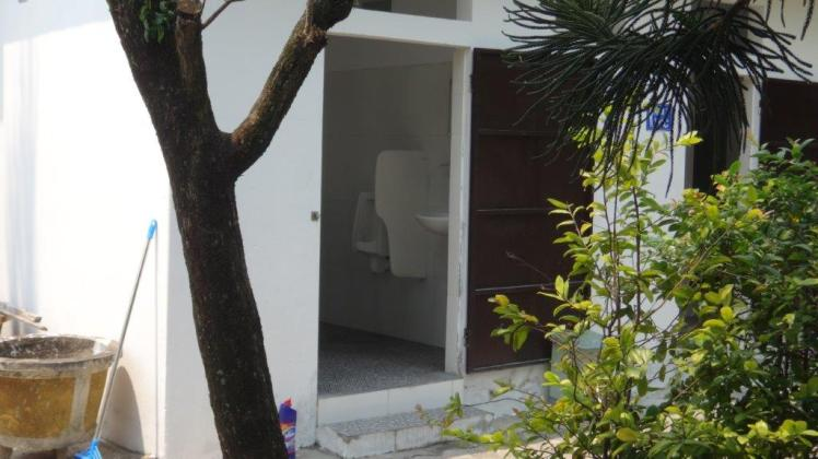 Bathrooms (33)